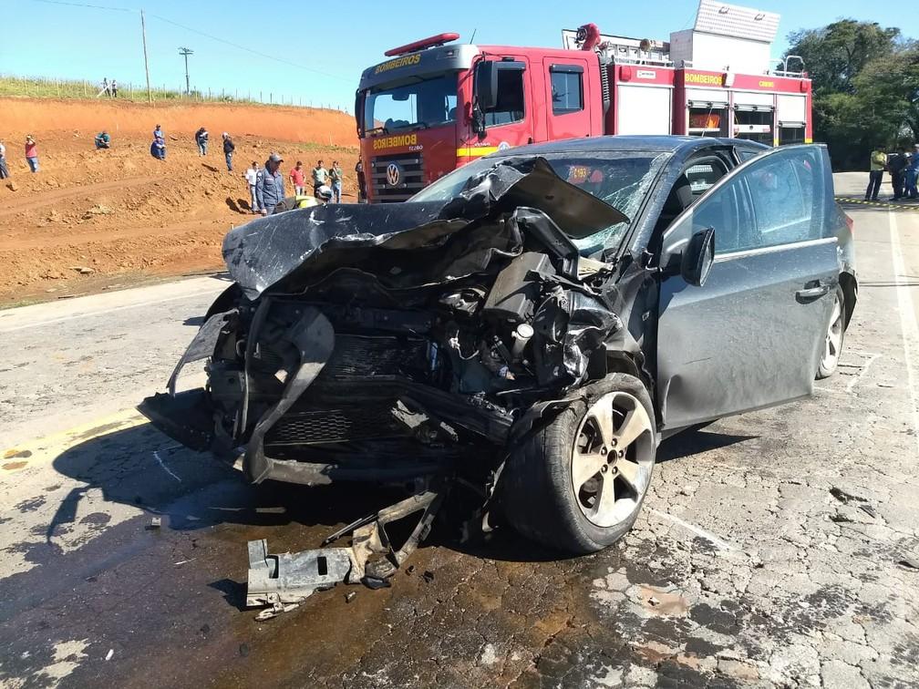 Carro teria feito ultrapassagem em local proibido na BR-491, segundo polícia (Foto: Corpo de Bombeiros)