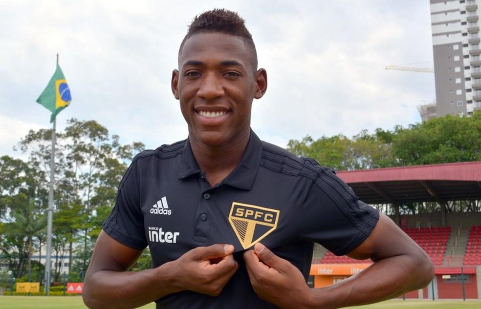 Léo Pelé veste a camisa do São Paulo — Foto: Érico Leonan/saopaulofc.net