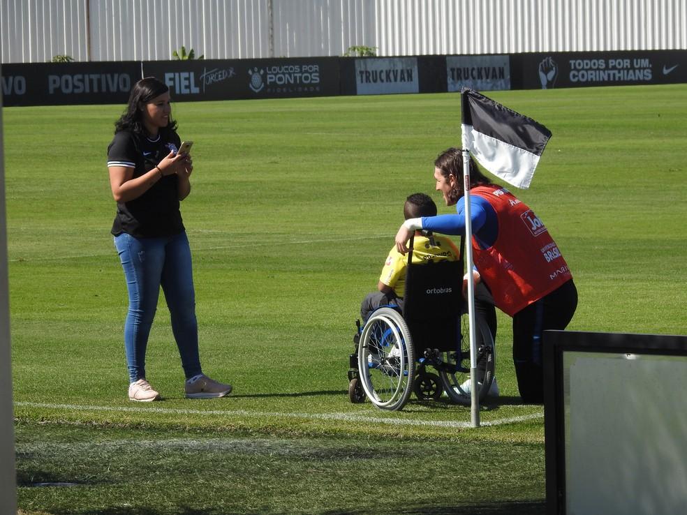 Cássio com o menino Davi no CT do Corinthians — Foto: Marcelo Braga