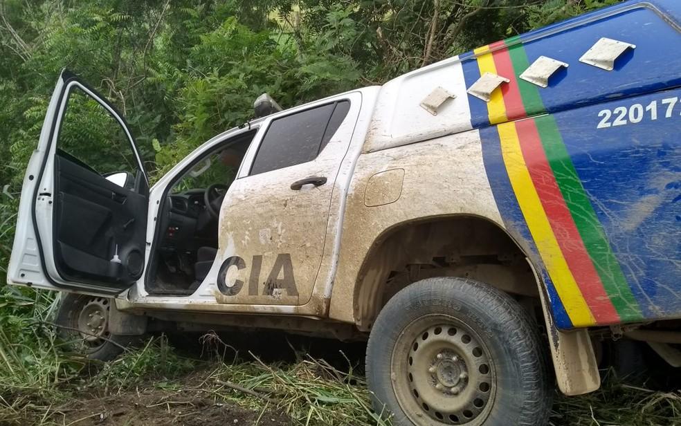 Viatura da PM tombou durante perseguição policial na Zona da Mata Norte de Pernambuco (Foto: Reprodução/WhatsApp)