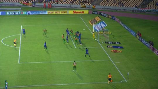 Danielzinho cobra falta na área, e Julinho cabeceia para fora, com 1' do 2º tempo