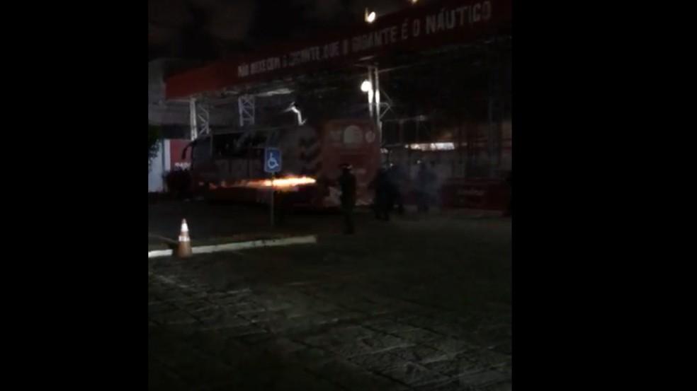 Protesto de torcedores do Náutico é dispersado com tiros de bala de borracha e bombas — Foto: Reprodução