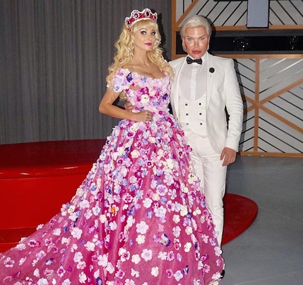 O brasileiro Rodrigo Alves, conhecido como Ken Humano, junto com uma Barbie Humana em um programa de TV russo (Foto: Reprodução)