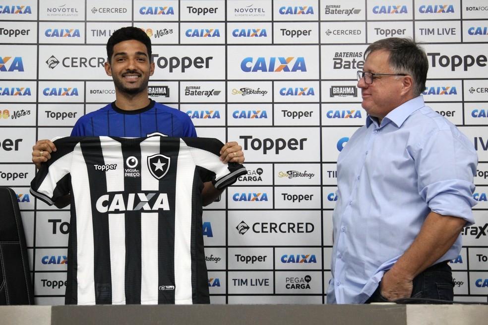 400f8a93b ... Alan Santos exibe a camisa do Botafogo ao lado de Anderson Barros —  Foto  Vitor
