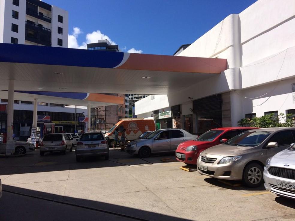 Posto de gasolina localizado na Barra com fila (Foto: Juliana Almirante/ G1 BA)