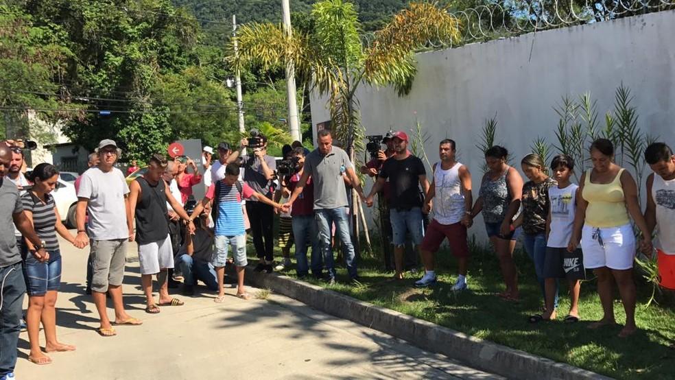 Familiares e amigos de vítimas de incêndio no Centro de Treinamento do Flamengo fazem orações — Foto: Cristina Boeckel / G1 Rio