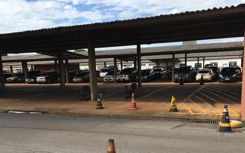 Veículos estacionados no pátio da Coordenação de Gestão de Frotas; parte está com CRLV vencido  (Foto: Gabriel Luiz/G1)