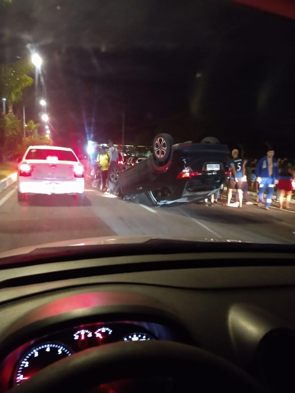 Acidente deixa carro capotado na avenida Júlio César, em Belém