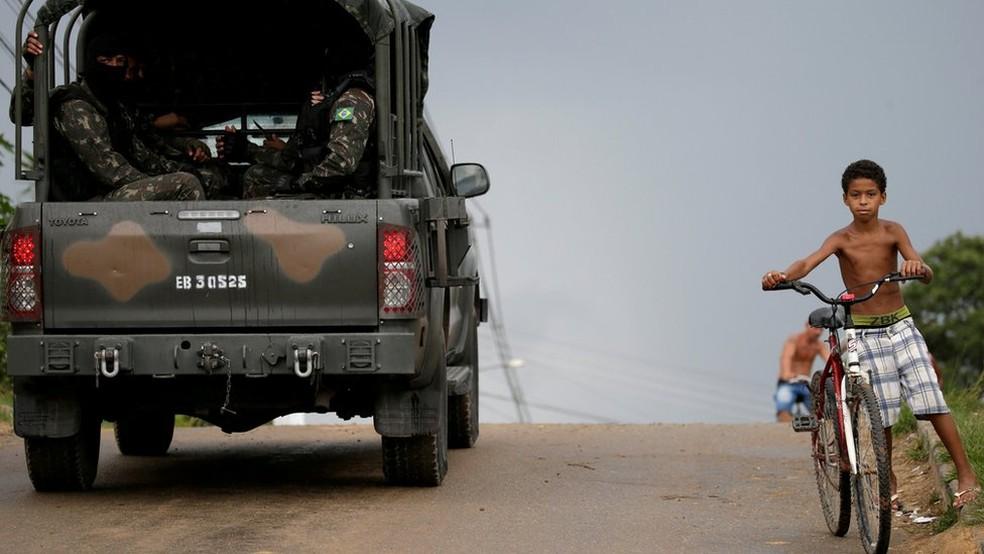 Militaresm em comunidade após intervenção no Rio (Foto: Reuters)