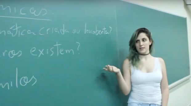A professora em sala de aula  (Foto: Reprodução)