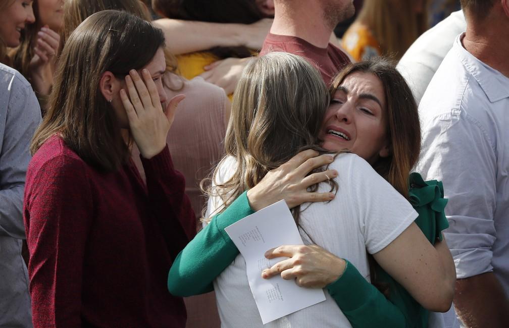 Pessoas acompanham enterro de vítimas de chacina no México nesta quinta-feira (7) — Foto: Marco Ugarte/AP Photo