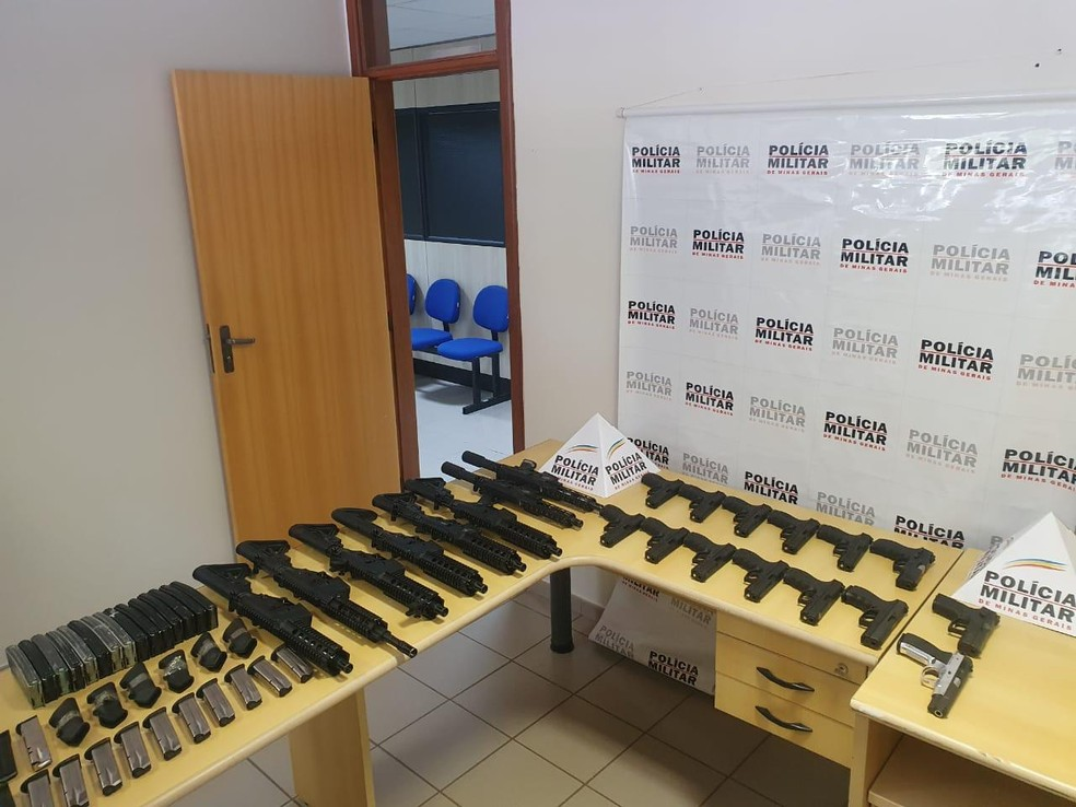 Grande quantidade de fuzis e pistolas apreendidos durante operação em Uberlândia (foto de arquivo de março de 2020) que faz parte da investigação da Operação 'Balada'  — Foto: Polícia Militar/Divulgação