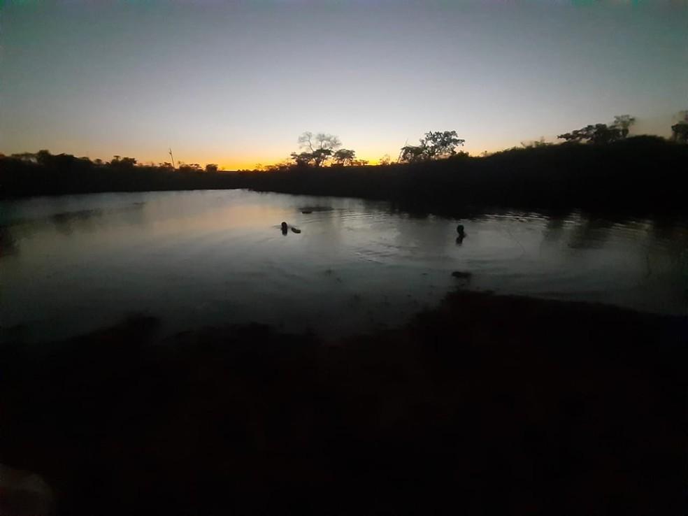 Buscas foram interrompidas durante a noite e retomadas na manhã desta terça-feira — Foto: Corpo de Bombeiros/Divulgação