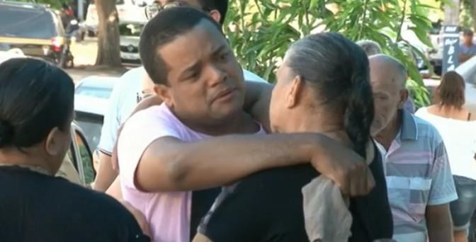 Mãe de mulher morta com 25 facadas diz que suspeito do crime foi ao velório: 'Falei que amo ele'