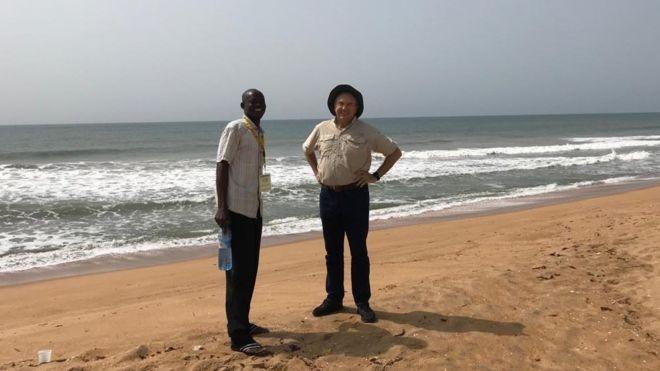 Laurentino e um guia local na praia de Ouidá, ponto de embarque de escravos no Benim, oeste da África  (Foto: Acervo pessoal/Laurentino Gomes )