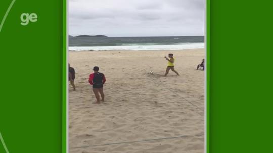 Renato aproveita folga do Grêmio e joga futevôlei na praia no Rio; veja vídeo