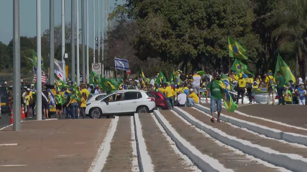 Com Esplanada dos Ministérios fechada, apoiadores de Bolsonaro fazem manifestação em frente ao Quartel General, no DF — Foto: TV Globo/Reprodução