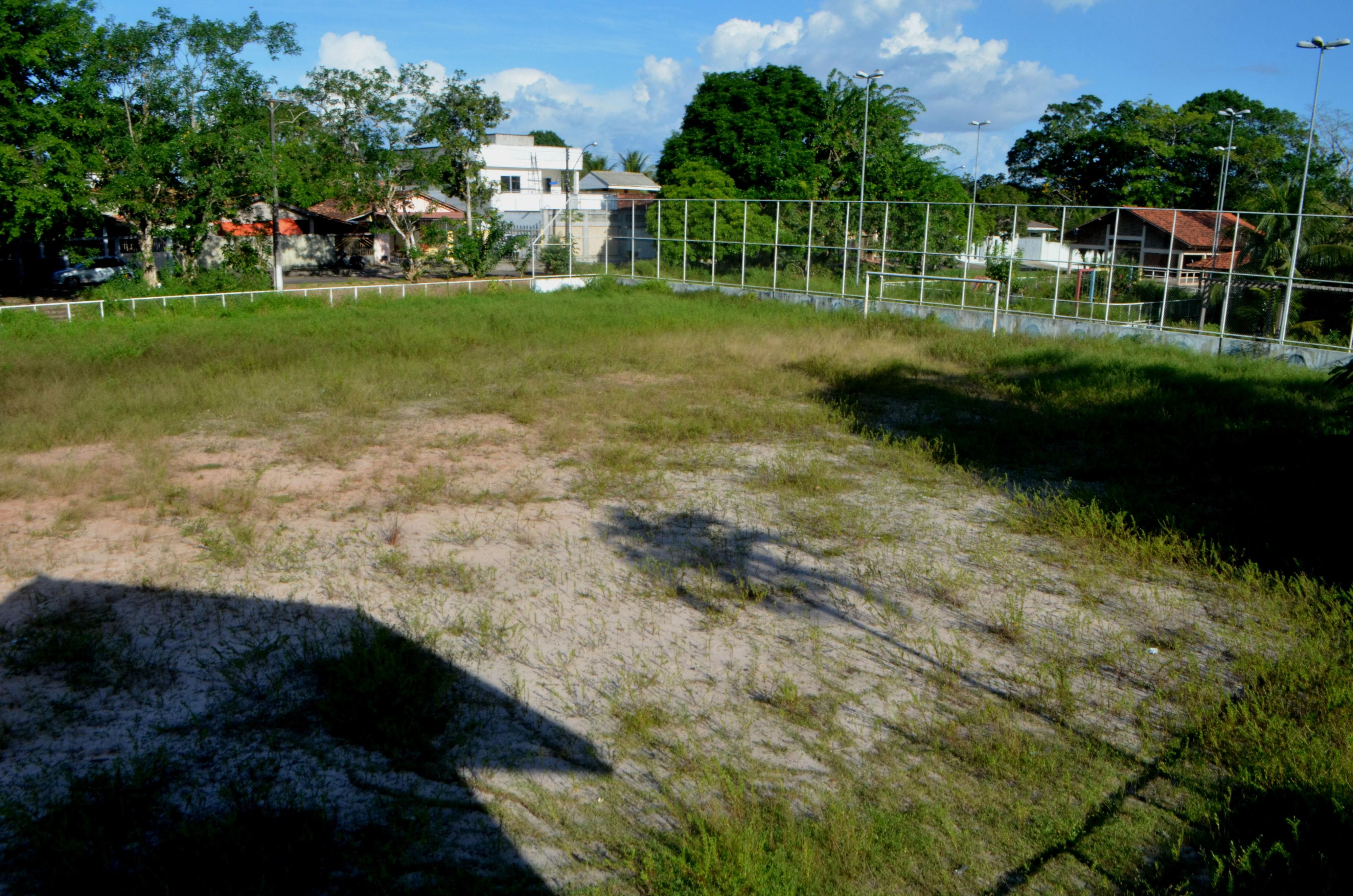 Espaço de esporte e lazer, única praça de bairro em Macapá está tomada por mato e escuridão - Notícias - Plantão Diário
