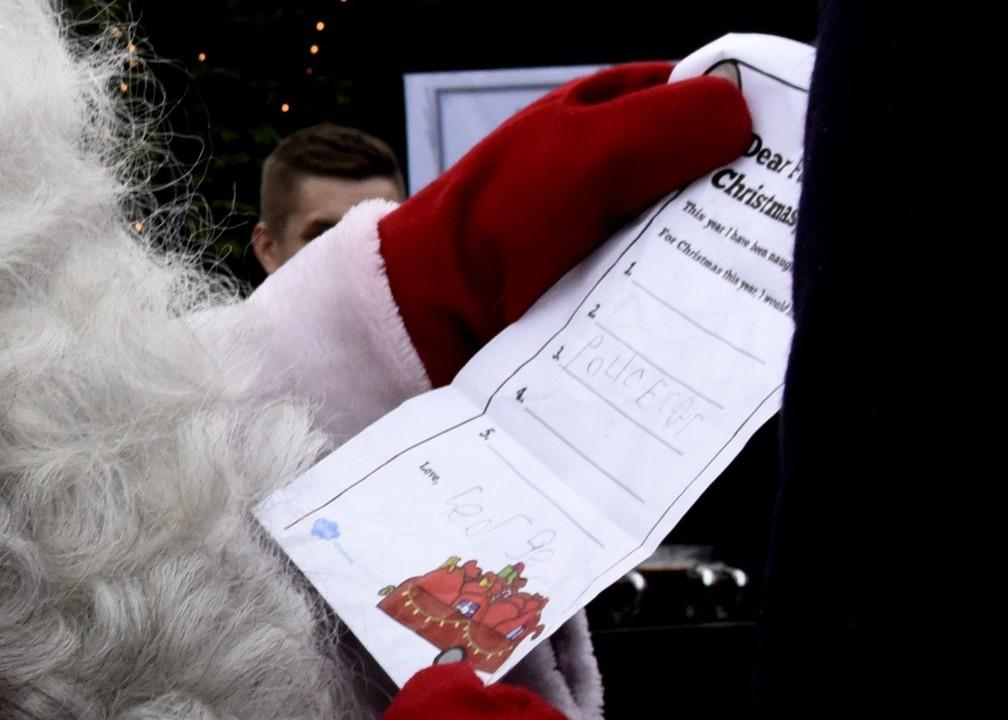 Durante visita à Finlândia, príncipe William entrega carta do príncipe George para o Papai Noel; primogênito de William e Kate disse que foi um bom menino e pediu um carro de polícia (Foto: Heikki Saukkomaa / Lehtikuva / AFP)