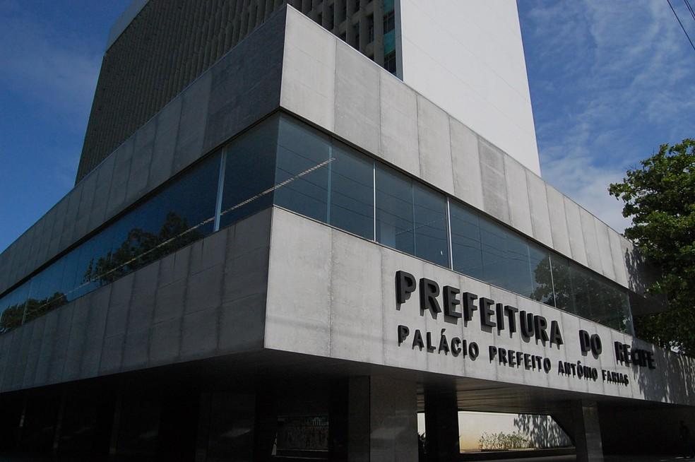 Edifício-sede da Prefeitura do Recife, na Avenida Cais do Apolo, recebe candidatos ao benefício para tirar dúvidas — Foto: Katherine Coutinho/G1