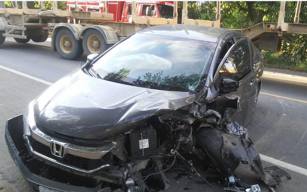 Uma pessoa morreu e outra ficou ferida após uma batida entre carros de passeio na manhã desta sexta (5), na BR-418, no sul da Bahia — Foto: Divulgação/Corpo de Bombeiros