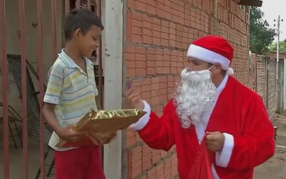 Campanha 'Papai Noel dos Correios' ajuda crianças carentes — Foto: Reprodução/TVCA