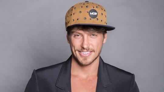 Christian Villegas revela bastidor de striptease e diz: 'Já fiz também'
