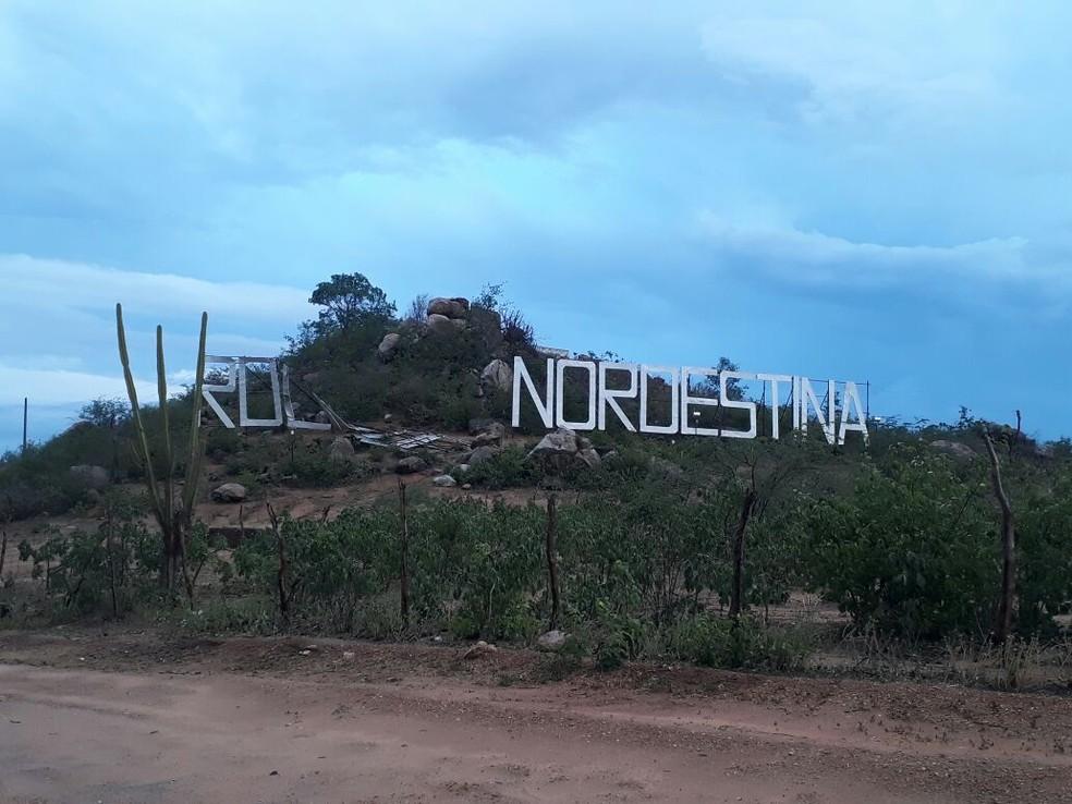Parte do letreiro 'Roliúde Nordestina' foi derrubado durante chuva forte e intenso vendaval (Foto: Divulgação/Prefeitura de Cabaceiras)