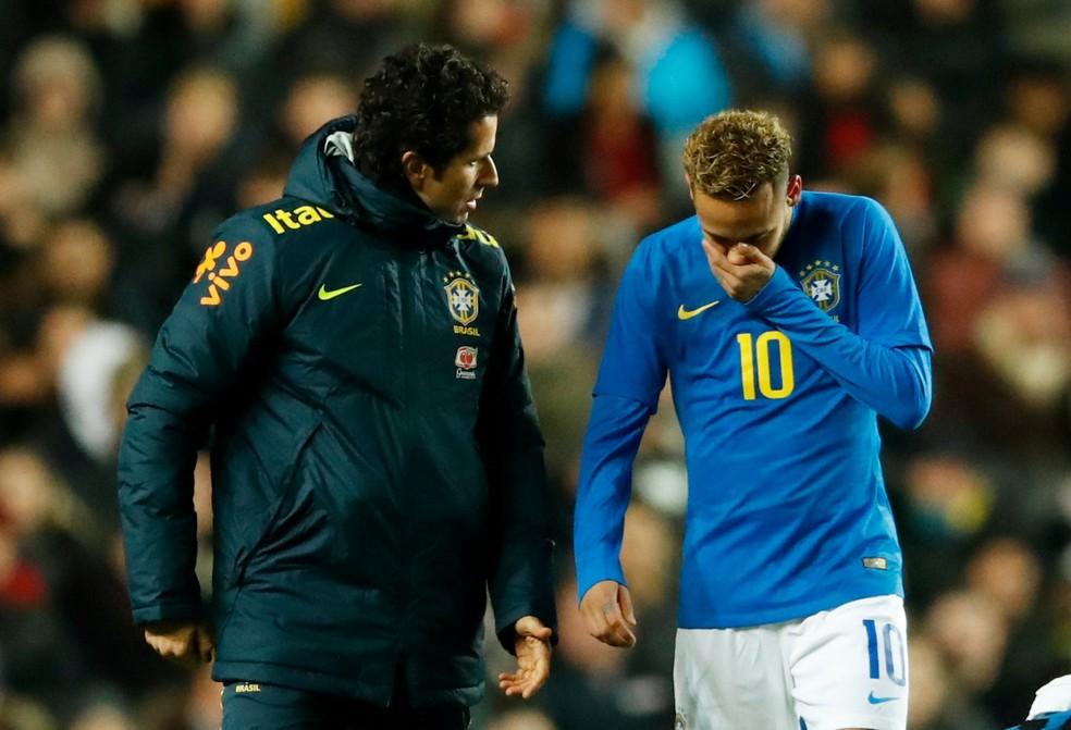 Neymar e Rodrigo Lasmar lesão Camarões — Foto: Reuters