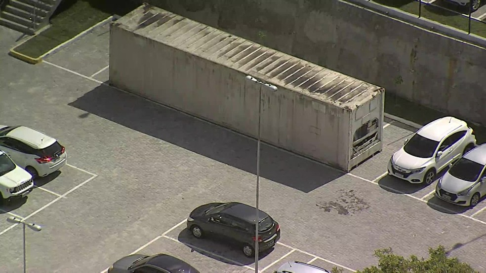 Contêiner para armazenar corpos foi levado ao Hospital Eduardo Campos da Pessoa Idosa, em Areias, no Recife — Foto: Reprodução/TV Globo