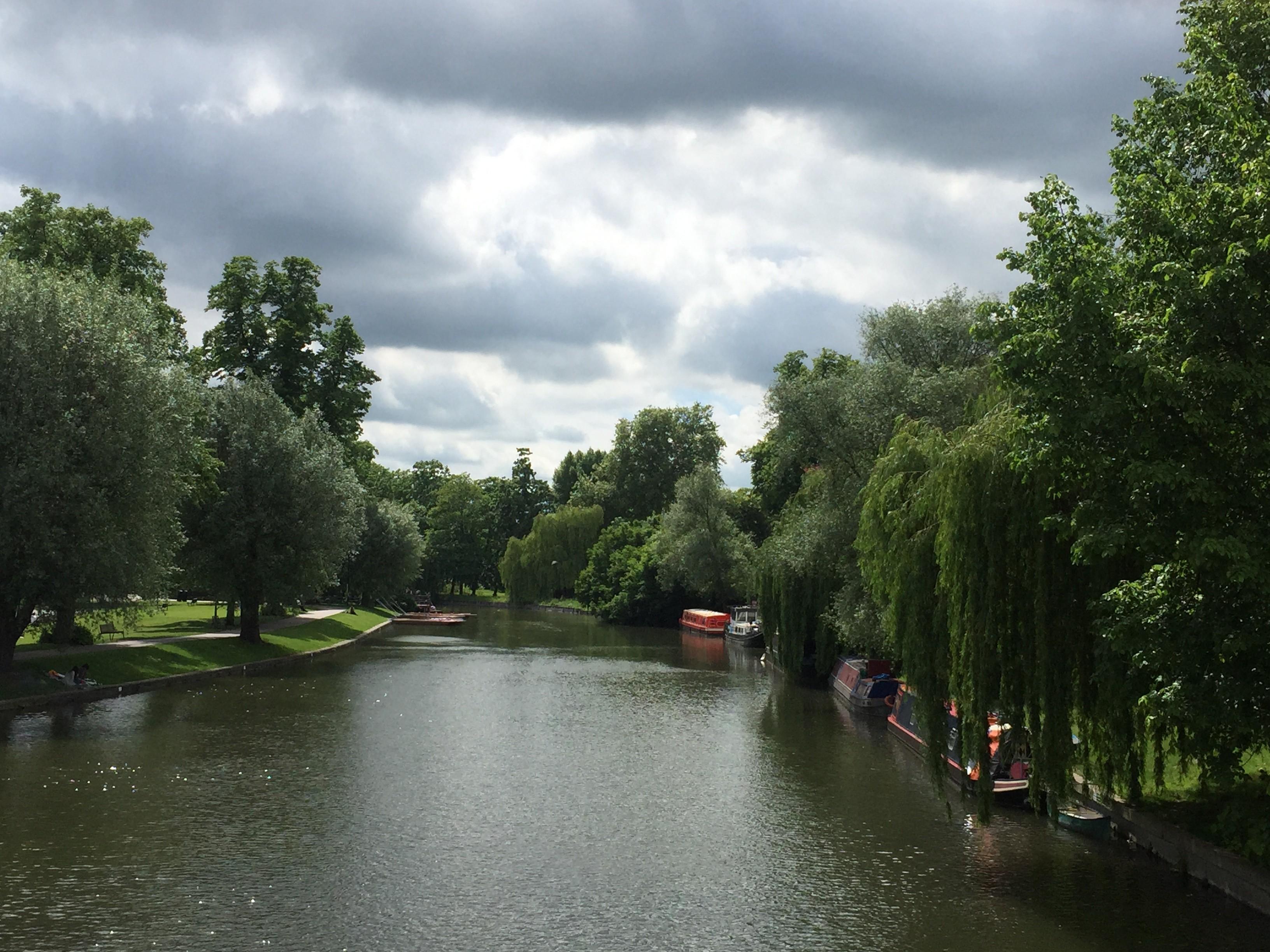 River Cam, em uma parte mais calma, onde muitas pessoas fazem picnics, correm, caminham às suas margens (Foto: Fernanda Lopes de Macedo Thees)