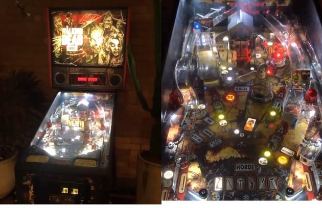 Ele tem uma máquina de pinball da série 'The walking dead' (Foto: Reprodução)