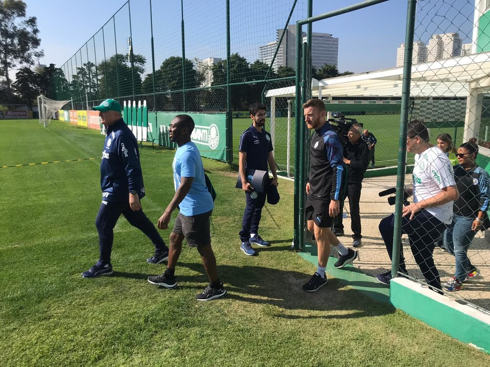 Felipão recebe comitiva do Manchester City antes de treino do Palmeiras na Academia