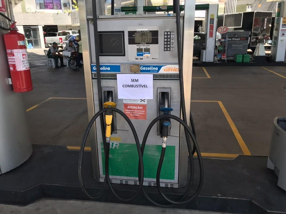 Posto na Avenida Roberto Freire, na Zona Sul de Natal, informa aos clientes que não tem mais combustível (Foto: Kléber Teixeira/Inter TV Cabugi)