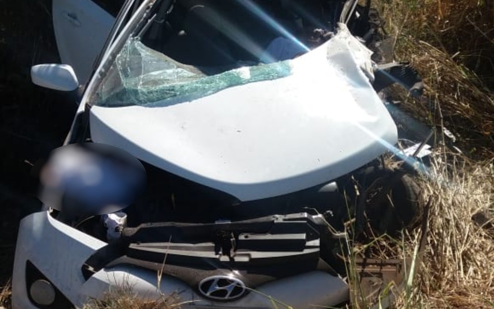 De seis pessoas que estavam no carro, quatro morreram e duas ficaram feridas em acidente na BR-153 em Nova Glória Goiás — Foto: Rerodução/PRF
