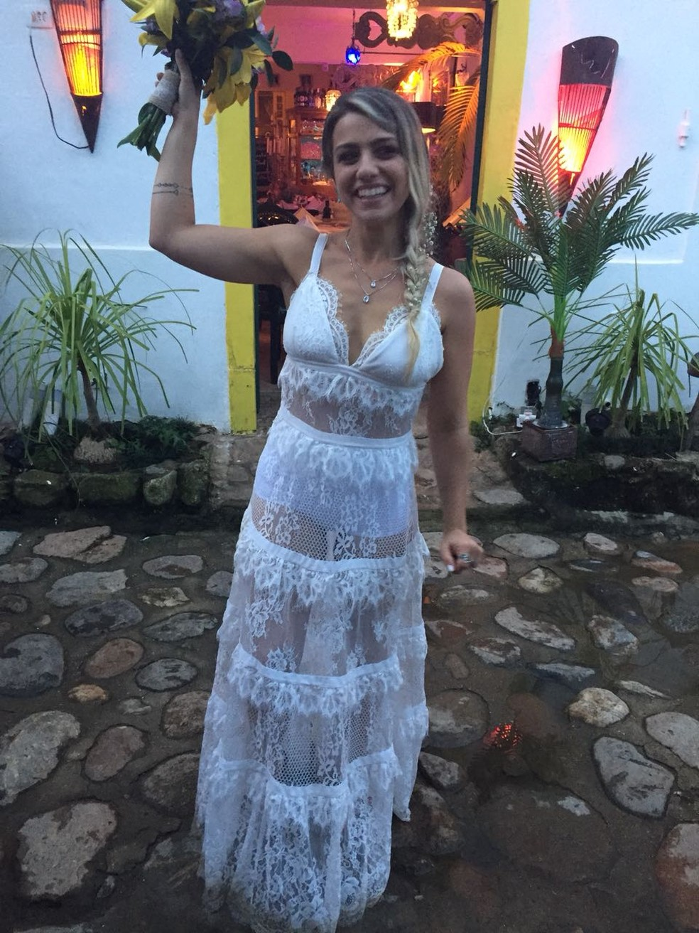 Paula Romano, que teve o vestido de noiva furtado em Sorocaba, se casou na praia (Foto: Paula Romano/Arquivo Pessoal)