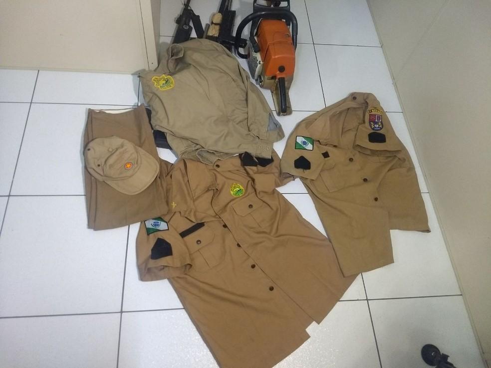 PM apreendeu diversas peças do uniforme da PM com o casal (Foto: Wesley Cunha/RPC)
