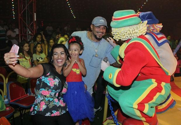 Família vai à apresentação Patati Patatá Circo Show (Foto: Grosby Group)