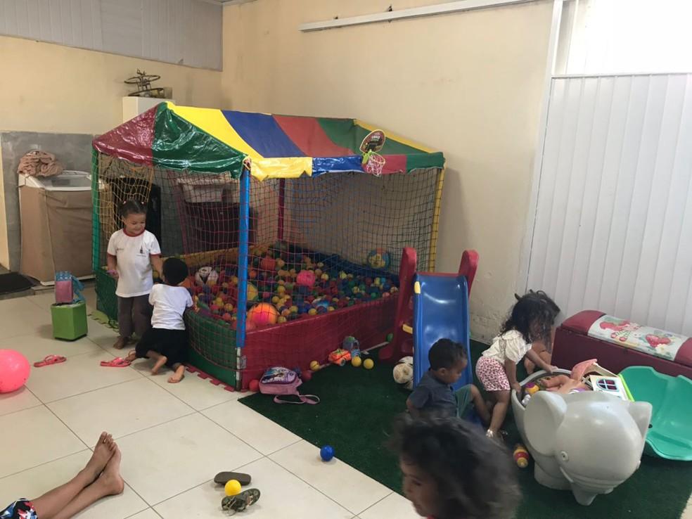 Crianças brincam na creche Alecrim, no DF (Foto: Marília Marques/G1)