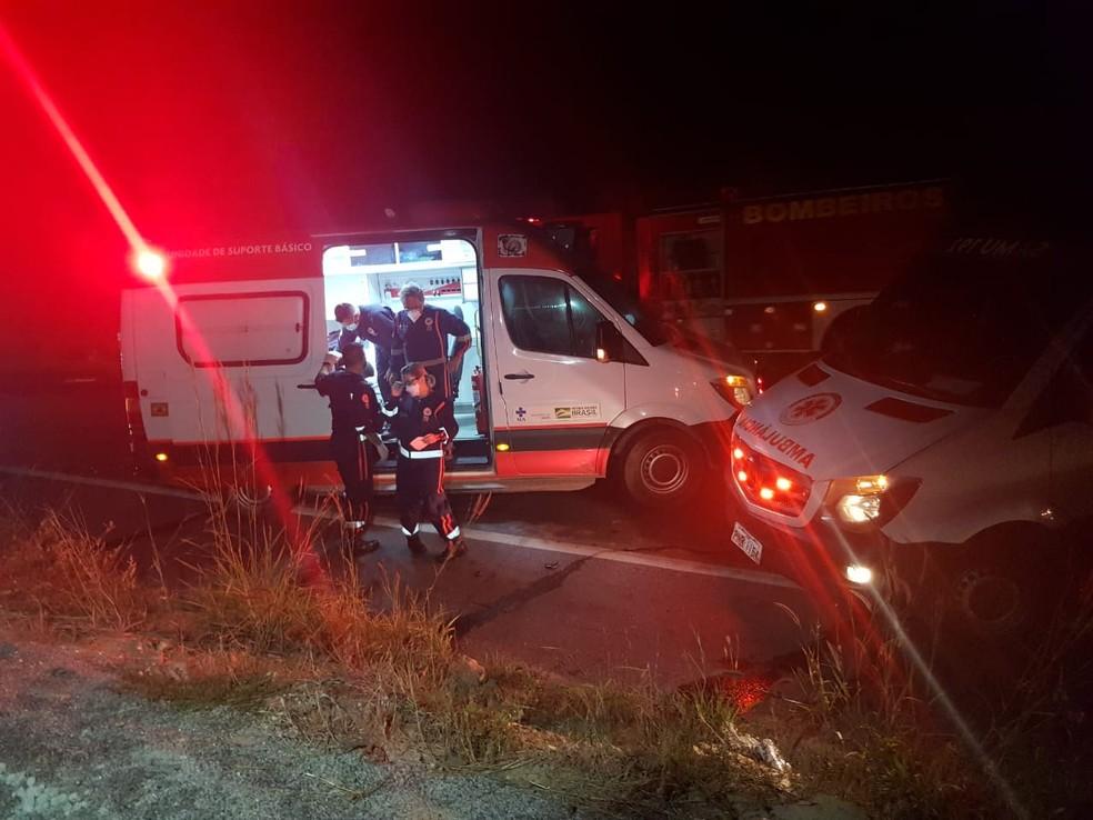 Um sobrevivente foi socorrido por uma ambulância do Samu e encaminhado para uma unidade hospitalar consciente. — Foto: Rafaela Duarte/ SVM