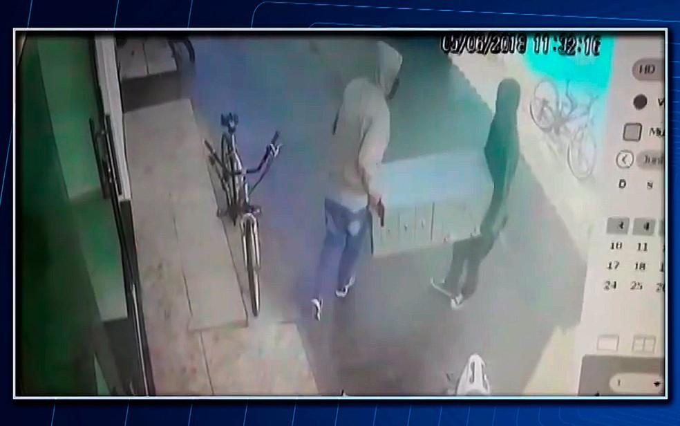 Assaltantes invadem lotérica na BA e saem do local carregando cofre nas mãos (Foto: Reprodução/TV Santa Cruz)