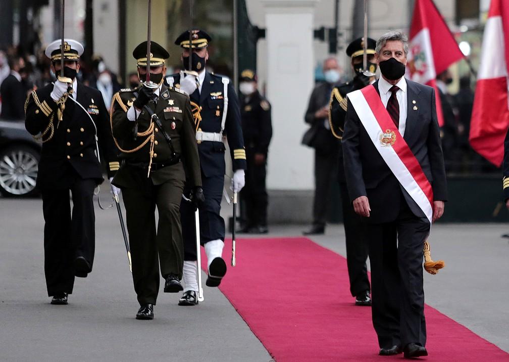 Francisco Sagasti, presidente interino do Peru, marcha em cerimônia em Lima — Foto: Gerardo Marin/Reuters