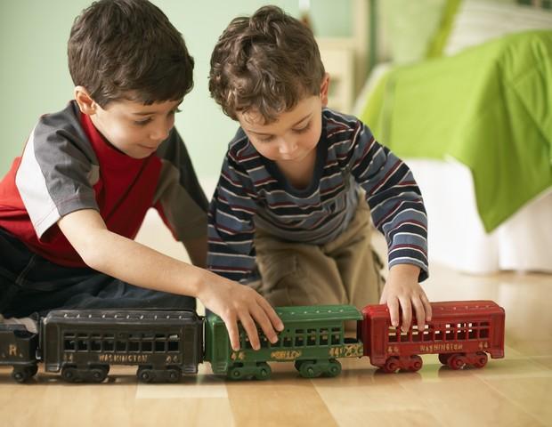 meninos; brinquedo; brincando; amigos (Foto: Thinkstock)