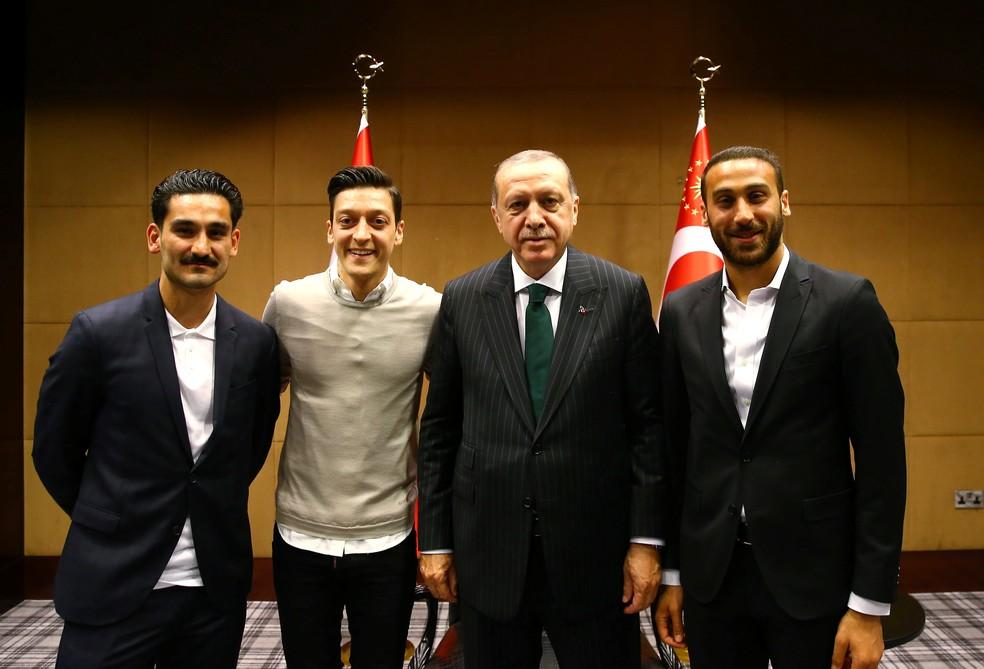 Ilkay Gündogan, Mezut Özil e o turco Cenk Tosun (à direita) posam com o presidente da Turquia, Recep Erdogan (Foto: Reuters)