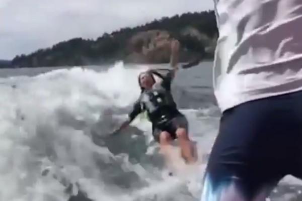 A socialite Kim Kardashian caindo durante sua tentativa de prática de wakeboard (Foto: Instagram)