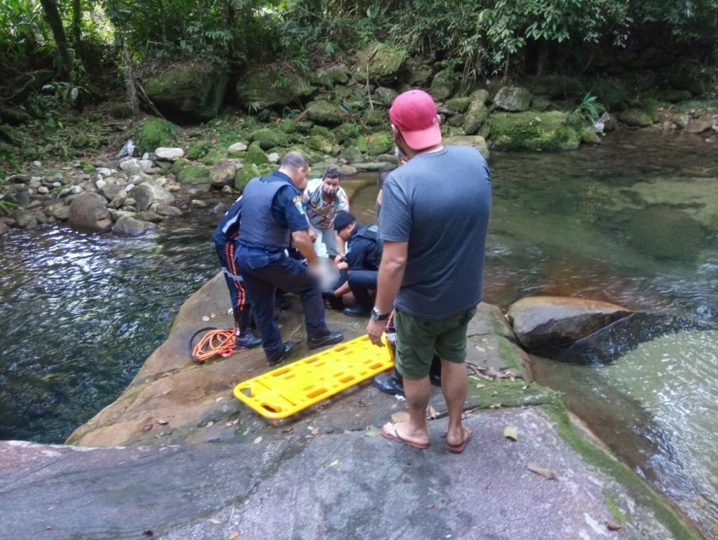 Homem é resgatado após cair em cachoeira em meio a quarentena no litoral de SP