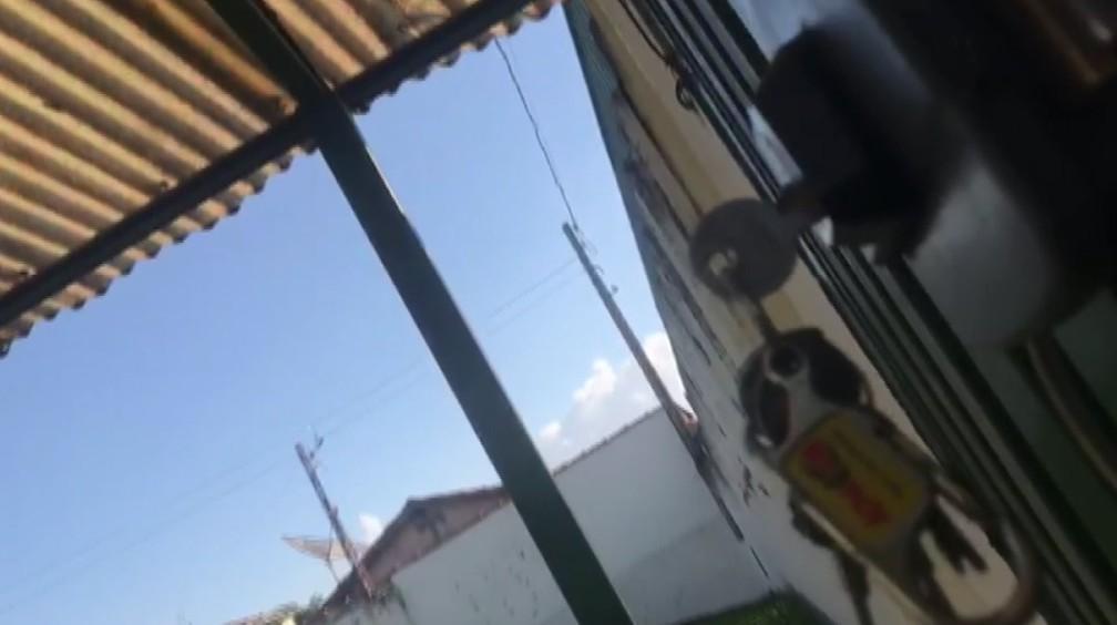 Flagrante mostra chaves na fechadura do portão da creche em Cajuru, SP — Foto: Carlos Trinca/EPTV