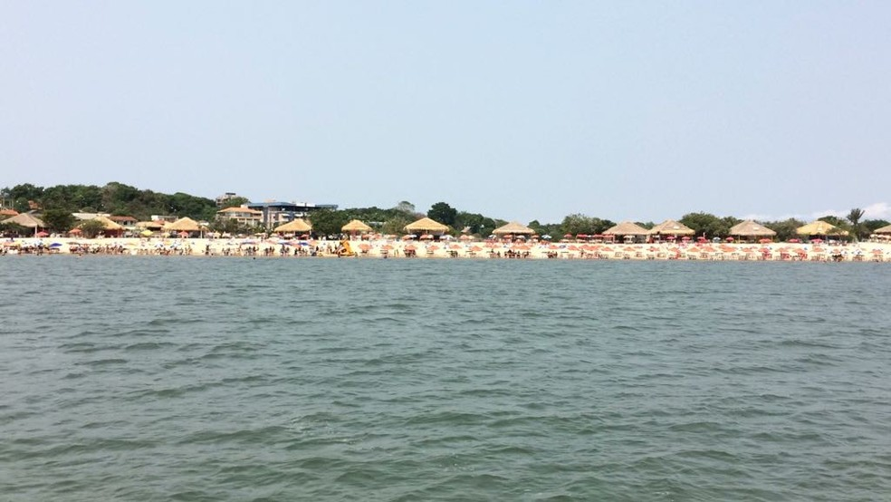 Barracas na Ilha do Amor em Alter do Chão, em Santarém, no Pará — Foto: Adonias Silva/Arquivo G1