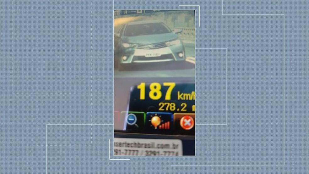 Carro foi flagrado a 187 km/h em São Mateus — Foto: Reprodução/ TV Gazeta