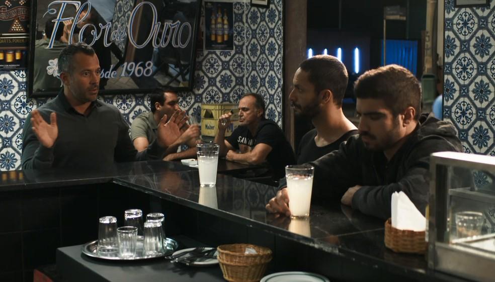 Em 'A Dona do Pedaço', Agno (Malvino Salvador) adora saber que Rock (Caio Castro) está solteiro — Foto: TV Globo